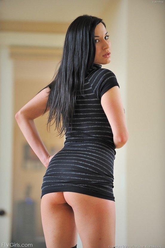 Эротический фотосет брюнеточки в полосатом платье