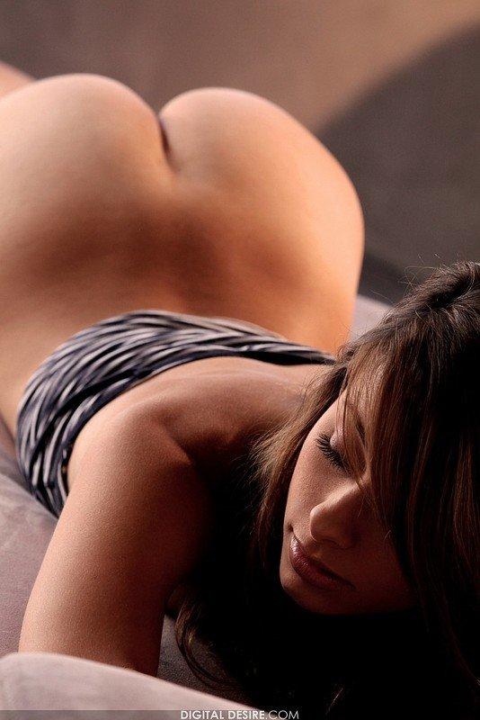 Эротические фото симпатичной шатенки в полосатом топе