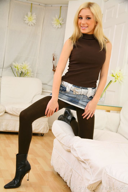 Эрогалерея симпатичной блондинки в коричневом топе