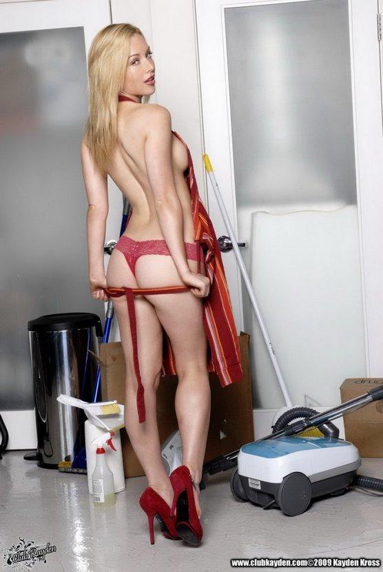 Эротические фото сексуальной домохозяйки в красном переднике