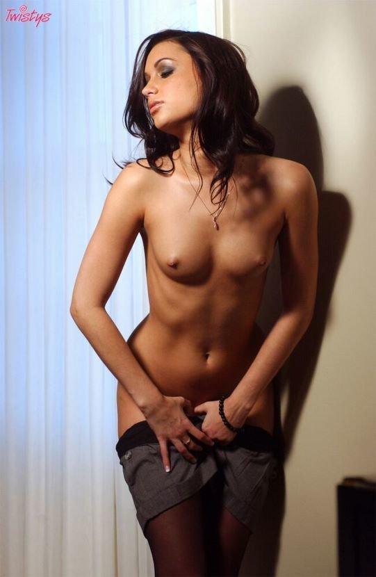 Эротические фото симпатичной брюнетки в серых шортиках