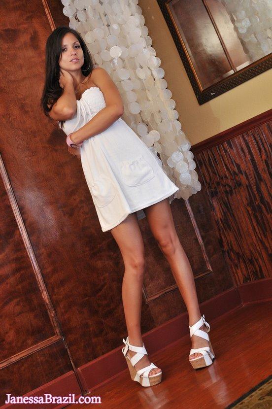 Эротические фотографии жаркой бразильянки в белом платье