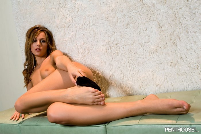 Эротическая галерея сексуальной шатенки в атласном корсаже