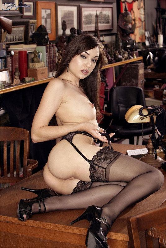 Эротические фотографии красивой брюнетки в кружевном белье