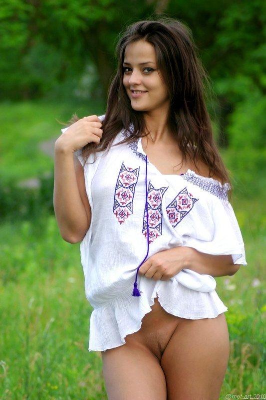Эротическая галерея милой девушки на цветочном поле