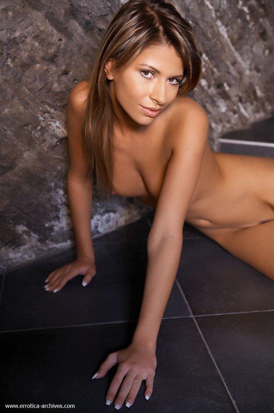 Эротический фотосет голой девушки у каменной стены