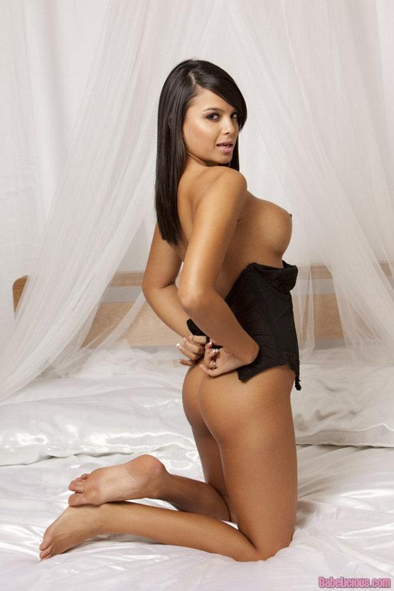 Эротические фото красивой девушки в черном корсаже
