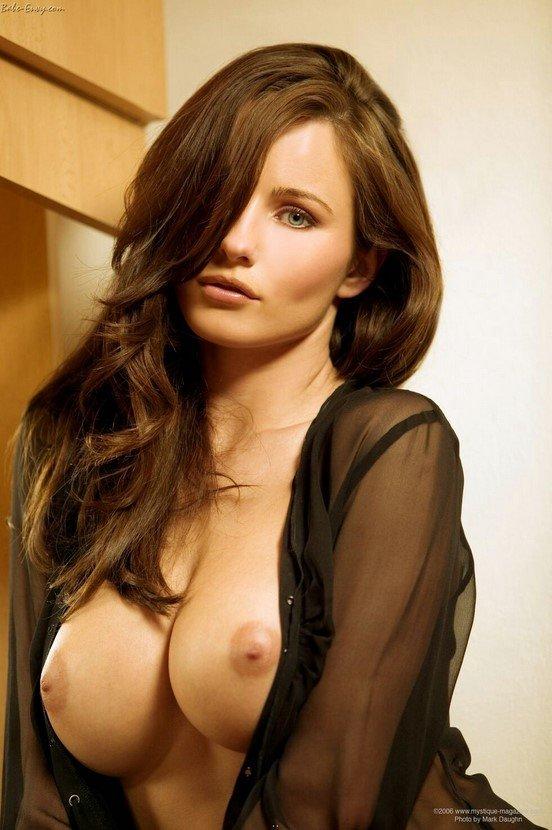 Эротический фотосет сексуальной брюнетки в черной блузке