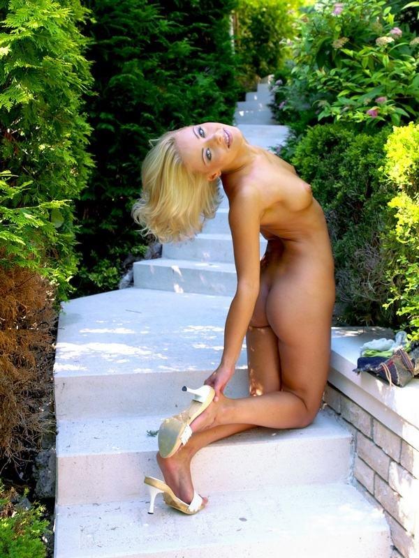 Эротические фото красивой девушки в желтом топе