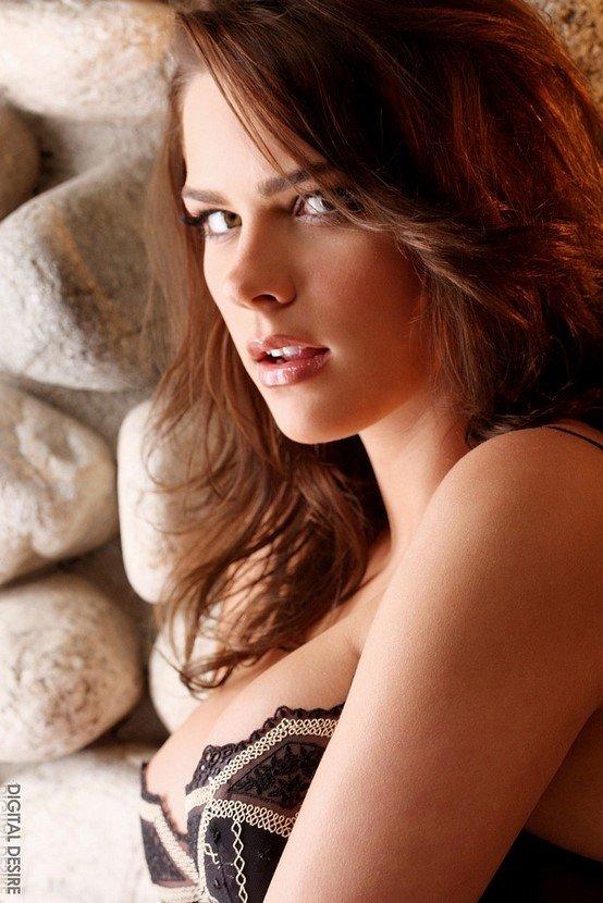 Эротические фотографии красивой девушки в черном белье