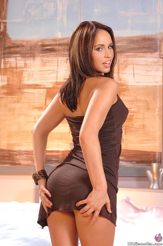 Эрогалерея сексуальной девушки в коричневом платье
