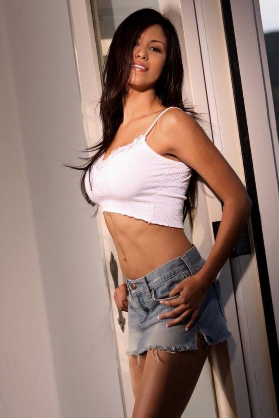 Эротические фотографии брюнетки в джинсовой юбочке