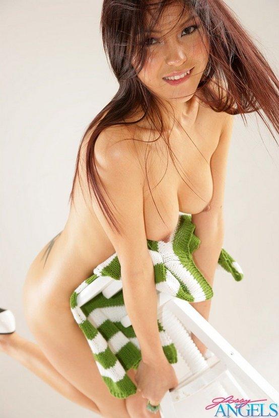 Эротические фото красивой девушки в полосатом свитере