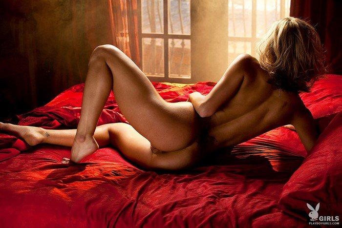 Эротические фотографии блондинки на красных простынях