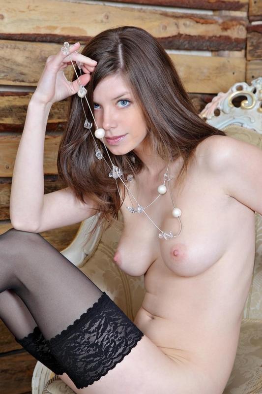 Эротические фото красивой девушки со стеклянными бусами