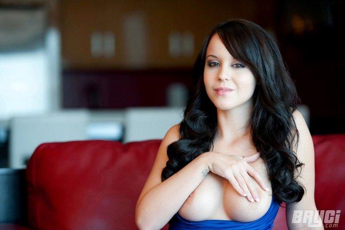 Эротическая фотосессия жгучей брюнетки в синем платье