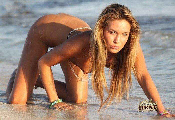 Эротические фото голой девушки с серебряной цепочкой на талии