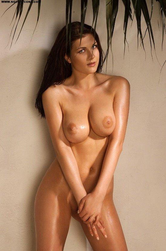 Эротическая галерея милой девушки в янтарном ожерелье
