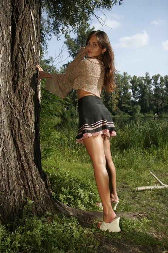 Эротическая фотосессия очаровательной девушки в лесу