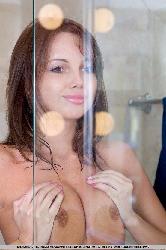 Эротическая фотосессия девушки-шатенки в синем топе
