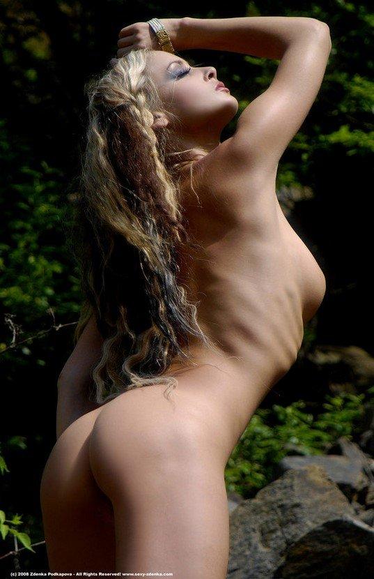 Эротическая галерея выразительной блондинки в мехах