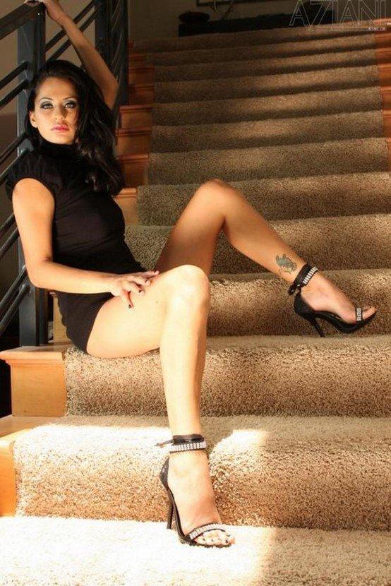 Эротические фотографии брюнетки-секси на ступеньках