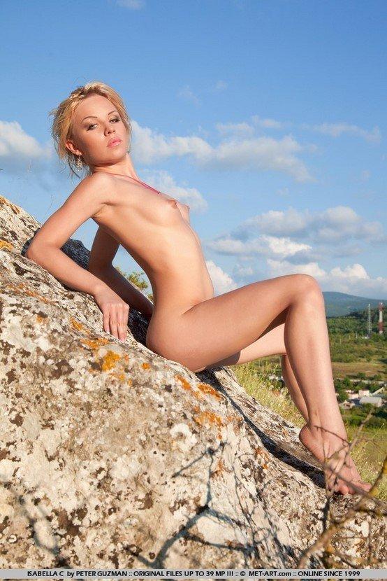 Эротические фотографии милой голой девушки на природе
