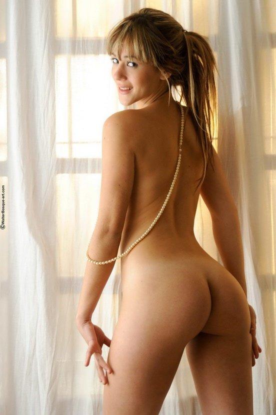 Эротические фото красивой девушки с жемчужной нитью
