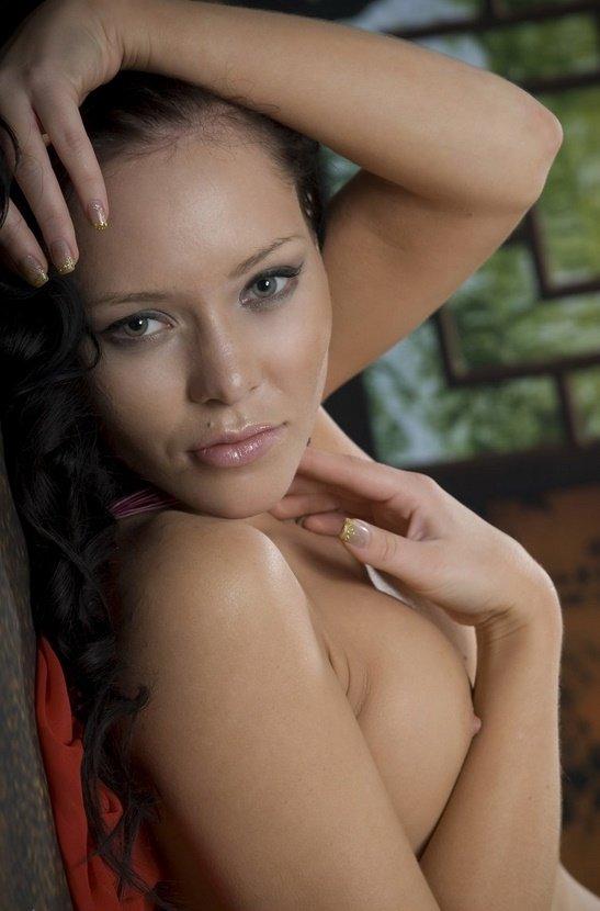 Эротический фотосет сексапильной брюнетки в красном платье