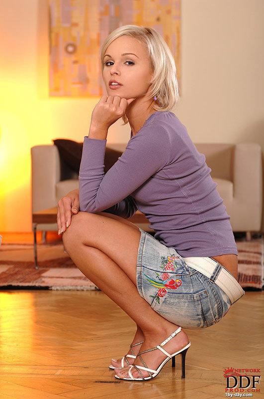 Эротическая фотосессия блондинки в фиолетовой футболке
