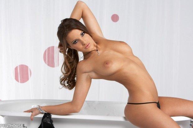 Эротическая галерея сексуальной брюнетки в ванной