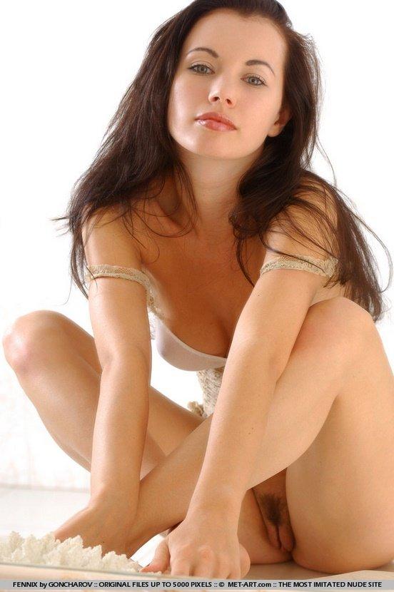 Эротические фото красивой брюнетки в бежевом топе