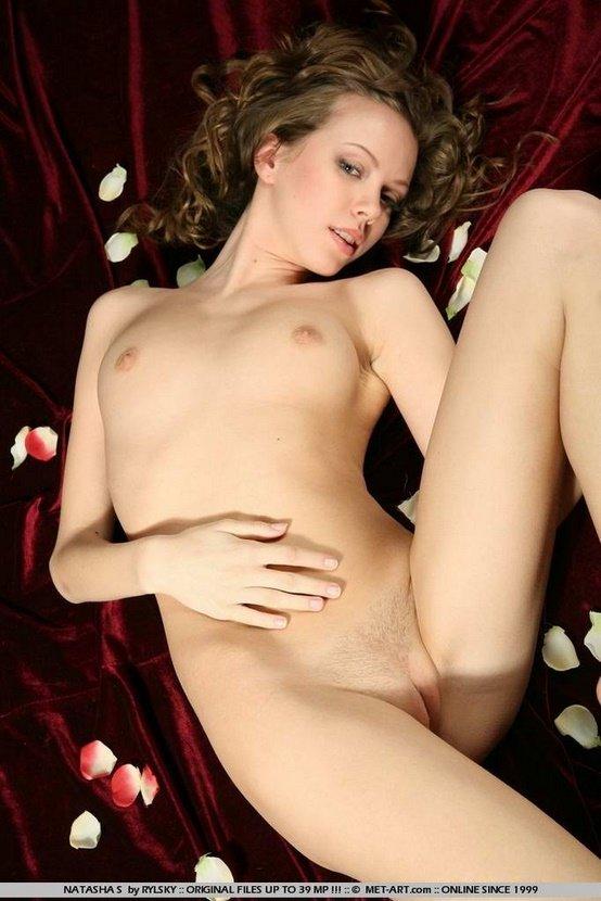 Эротический фотосет симпатичной шатенки с белой розой
