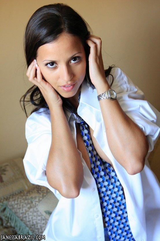 Эротическая галерея горячей брюнетки в рубашке и галстуке