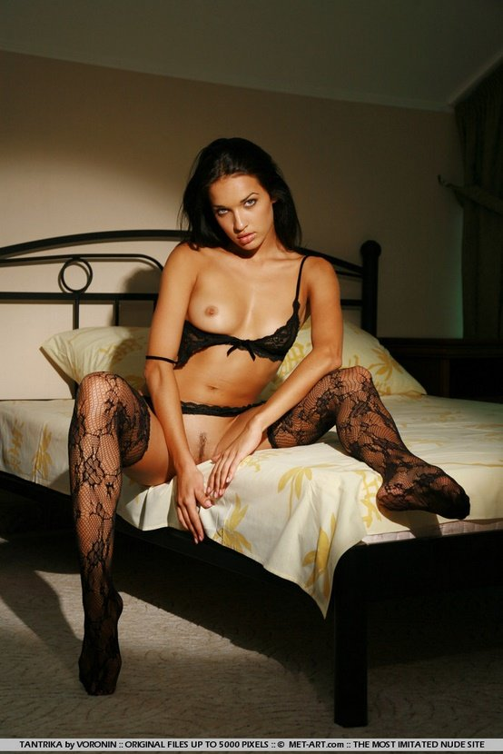 Эротическая фотосессия жгучей брюнетки в черном белье