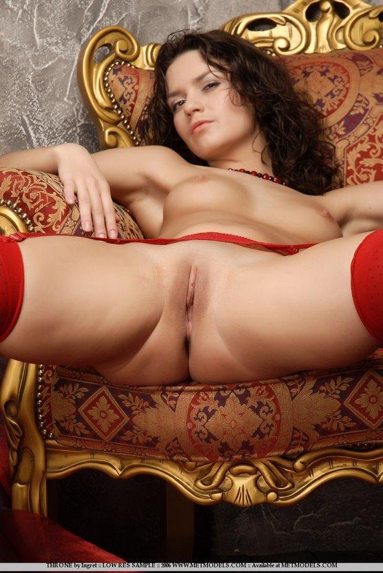 Эротическая фотогалерея красивой девушки в красных чулках