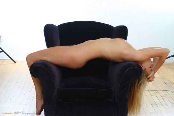 Эротическая фотосессия блондиночки в меховом жилете