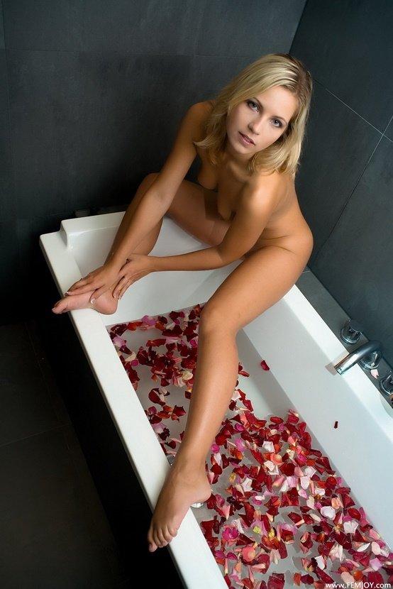 Эротический фотосет сексуальной блондинки в ванне