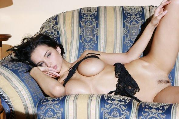 Эротические фото чувственной брюнетки в черных кружевах