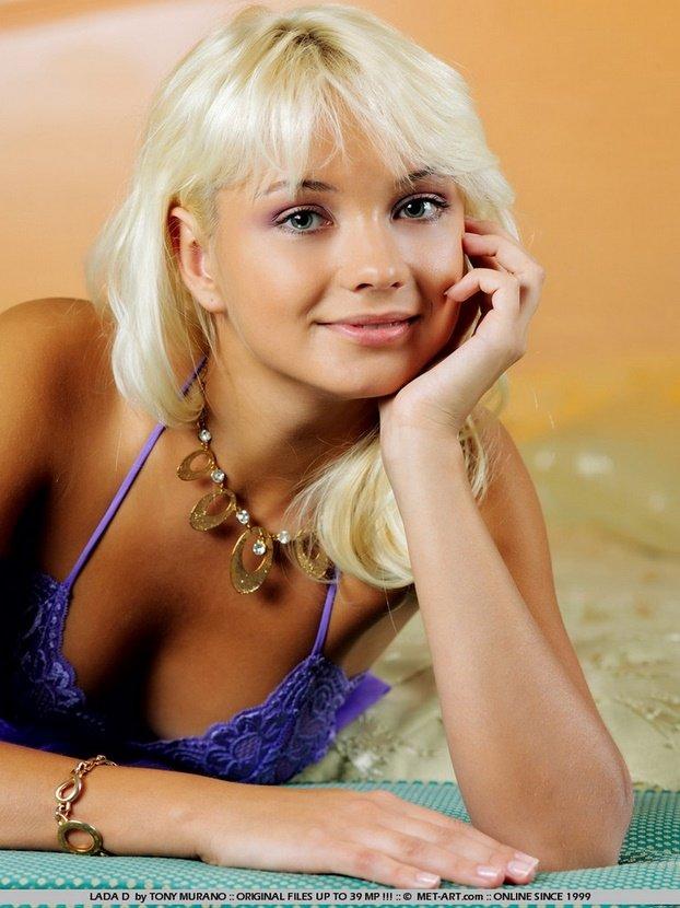 Эротическая галерея блондинки в лиловом пеньюаре