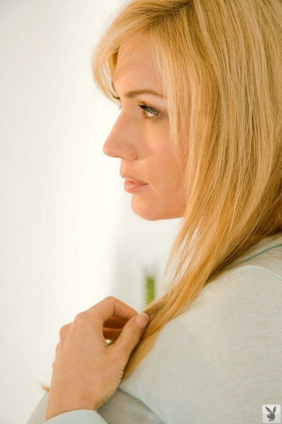 Эротическая фотогалерея блондинки в голубом топе