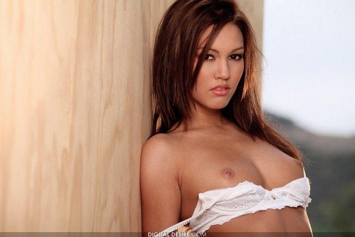 Эротические фото красивой девушки в клетчатой рубашке
