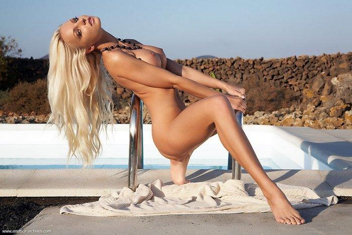 Эротические фото блондинки у бассейна