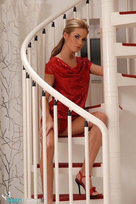 Эротическая галерея девушки в красном платье
