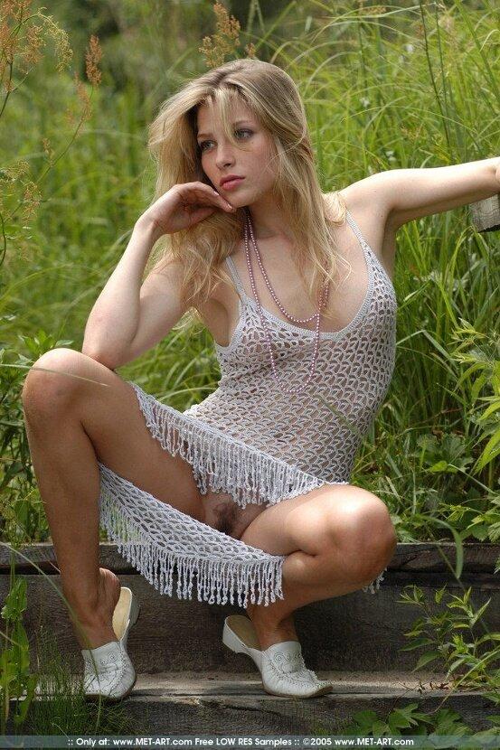 Эротические фотографии девушки в белом платье на природе