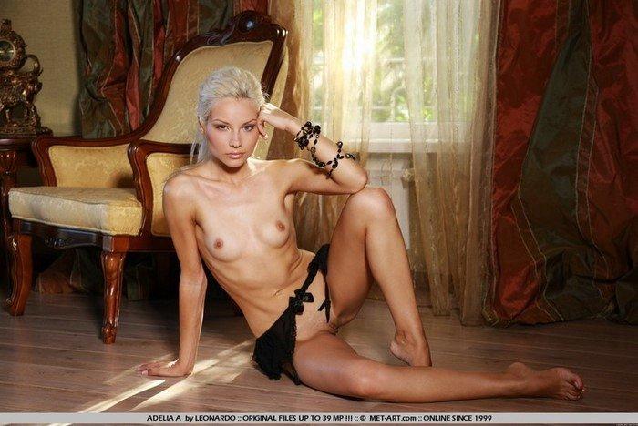 Эротическая галерея платиновой блондинки в кресле