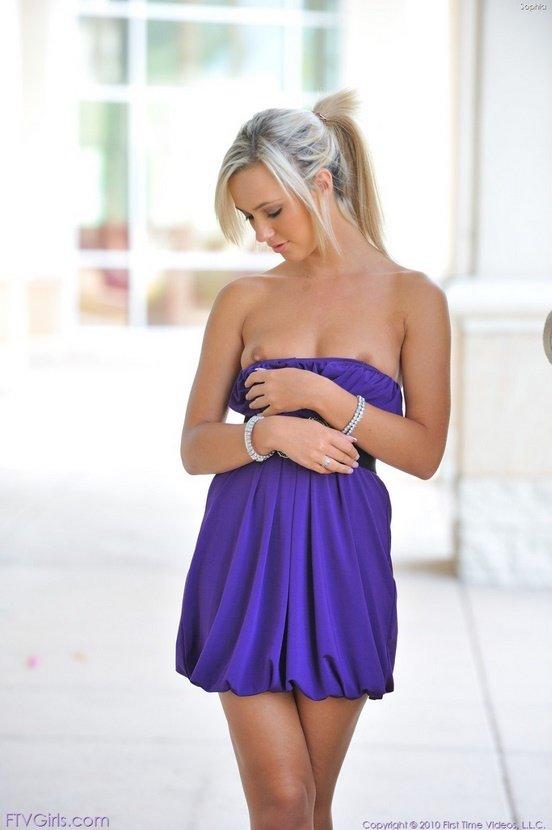Эротическая галерея блондинки-секси в фиолетовом платье
