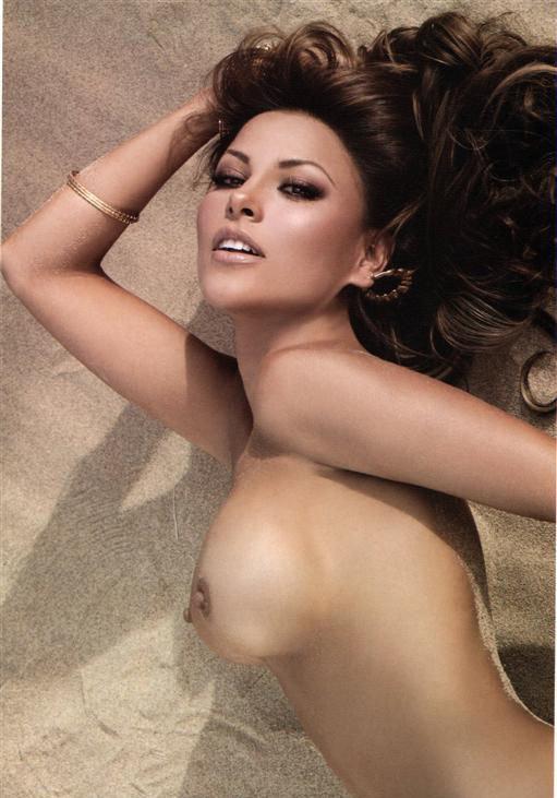 Эротические фото сексапильной девушки брюнетки на песке