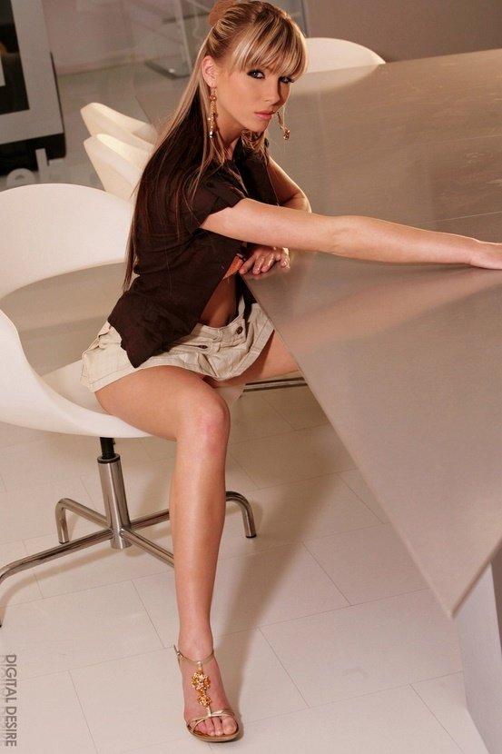 Эротические фотографии красивой девушки в белой юбочке