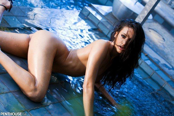 Эротические фотографии сексуальной девушки в черном бикини